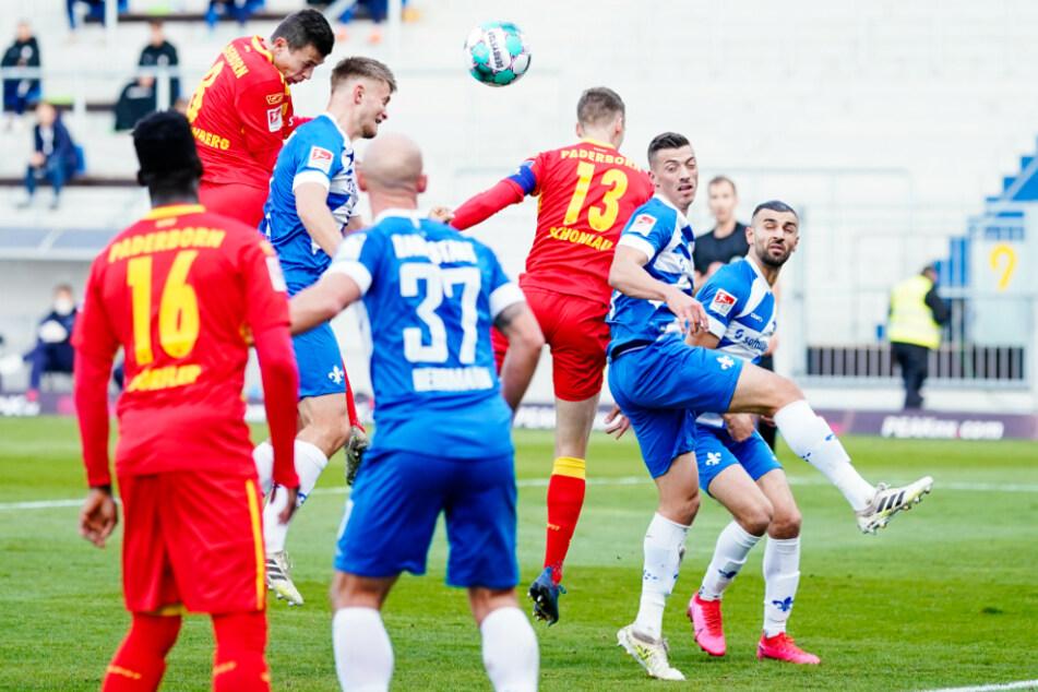 Ron Schallenberg (2.v.l.) setzt sich gegen SVD-Innenverteidiger Lars Lukas Mai (3.v.l.) durch und köpft zum 1:0 für Paderborn ein.