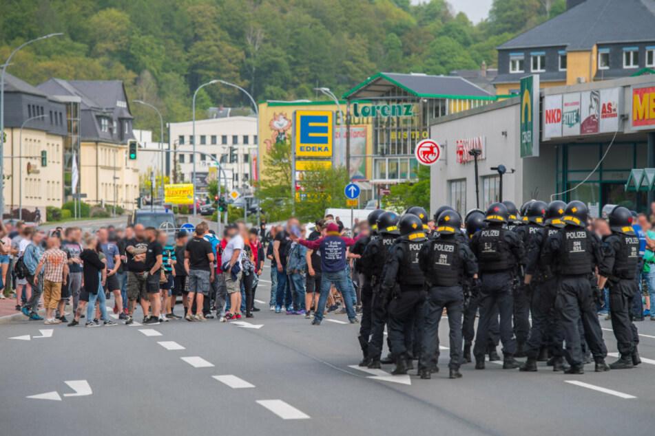 In Schwarzenberg blockierten etwa 250 Personen die B101