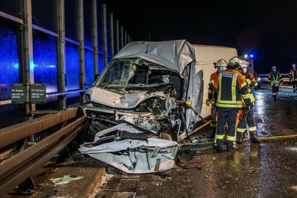 Der Transporter steht nach dem Unfall völlig eingedrückt an der Unfallstelle.