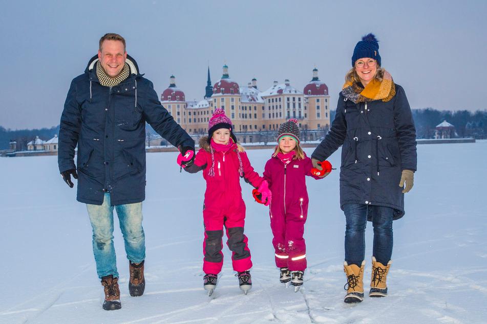 Auf dem Moritzburger Schlossteich drehte Familie Kunert auf Kufen Runden. Ronny (44), Gerlinde (38), Carlotta (6) und Greta (4) hatten dabei viel Spaß.