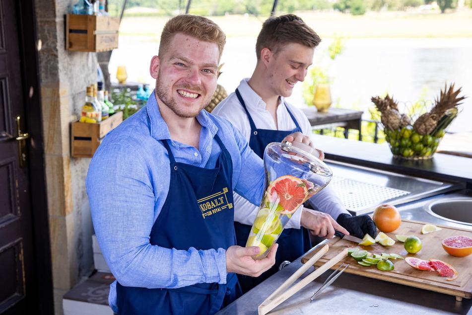 Gemeinsam schnippeln Eric (26, l.) und Laurenz (20) die frischen Früchte für die Bowl.