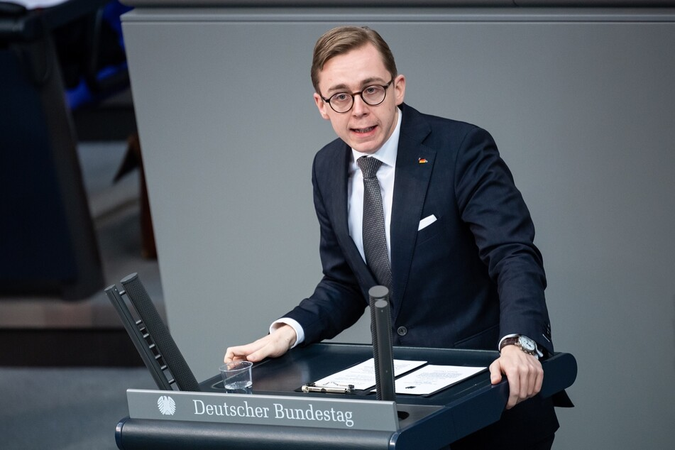 """Philipp Amthor (28, CDU) macht Schluss mit lustig: Zumindest bei """"Fall Guys"""" will er sich am Ende die Krone angeln. (Archiv)"""