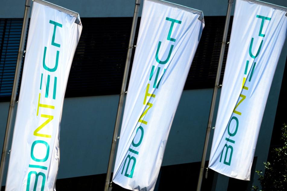 Rheinland-Pfalz, Mainz: Das Logo des Biotechnologie-Unternehmens Biontech ist auf Fahnen vor der Unternehmenszentrale zu sehen.