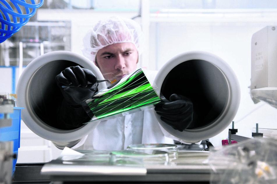 Probe aufs Exempel: Bewähren sich die getesteten Materialen im Labor, werden sie auch für die Produktion großer Solarfolien verwendet.