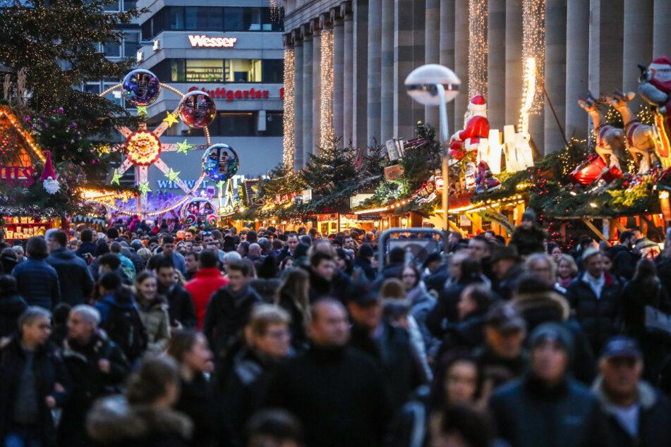 Menschenmassen auf dem Stuttgarter Weihnachtsmarkt (wie auf diesem Archivbild) dürfte es nicht geben - falls der Markt überhaupt stattfindet.