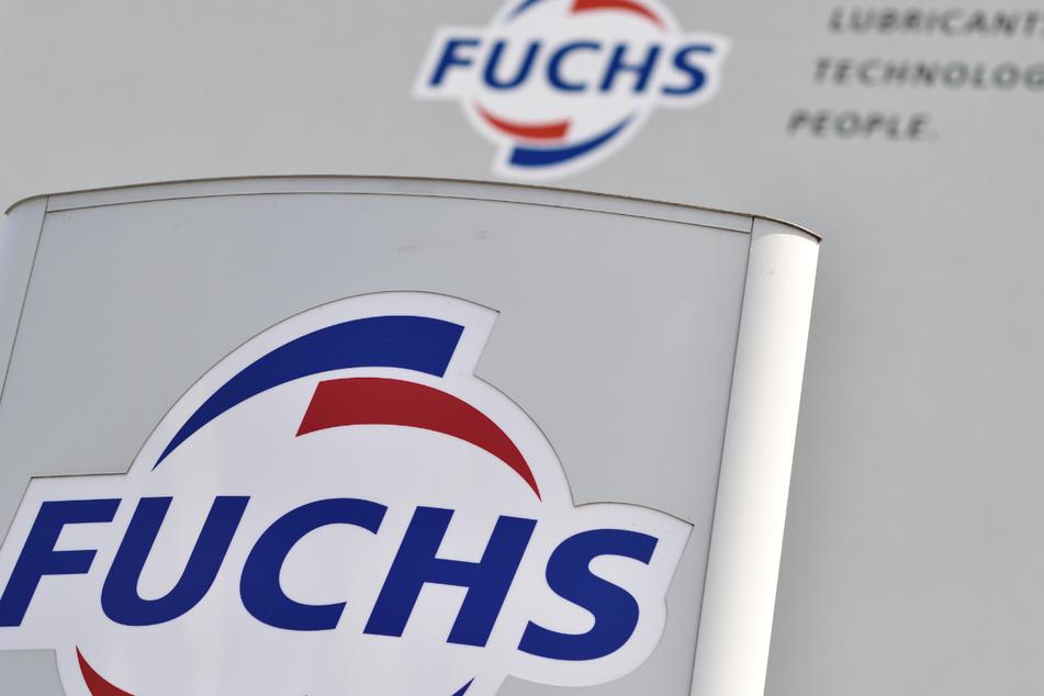 Das Logo des Schmierstoffspezialisten Fuchs Petrolub ist am Eingang der Firmenzentrale zu sehen.