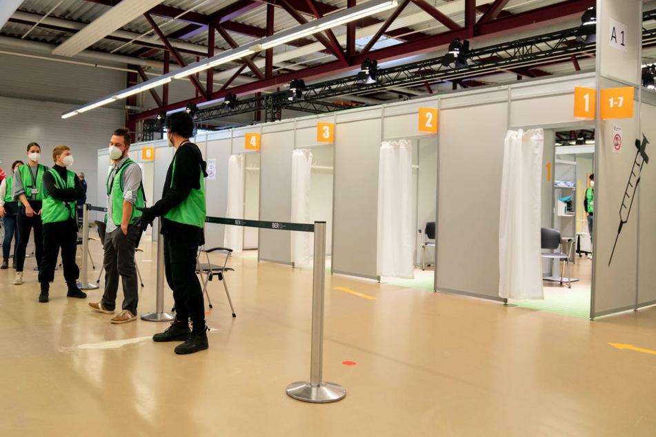 Helfer warten auf Patienten in einem Berliner Impfzentrum. Immer wieder erscheinen Berlinerinnen und Berliner nicht zu ihren vereinbarten Terminen im Impfzentrum. (Symbolfoto)