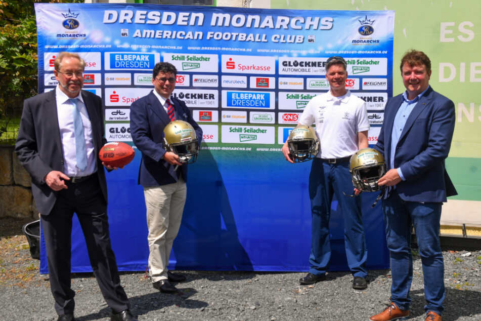 Die Sponsor-Vertreter Uwe Dittrich (Werksleiter) und Rüdiger Ackermann (Geschäftsführer) mit Trainer Ulrich Däuber sowie Präsident Sören Glöckner von den Monarchs.