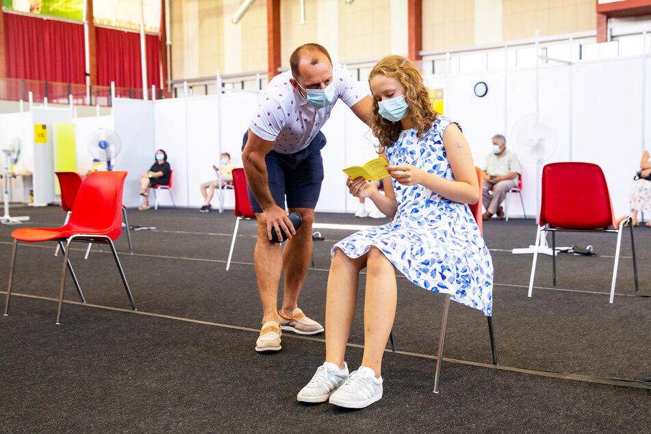 In Estlands zweitgrößter Stadt Tartu hat die Hälfte der Teenager schon ihre erste Impfung erhalten. Auch Gloria Raudjarv (13) - neben ihr im Impfzentrum steht Vater Ivo.