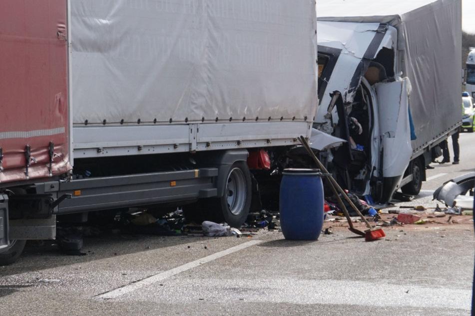 Drei Lastwagen fuhren aufeinander.