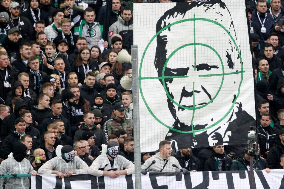 Ultras von Borussia Mönchengladbach zeigen am 23. Spieltag bei der Partie gegen die TSG Hoffenheim ein Transparent mit dem Konterfei von Dietmar Hopp, woraufhin Schiedsrichter Brych das Spiel unterbrochen hatte.