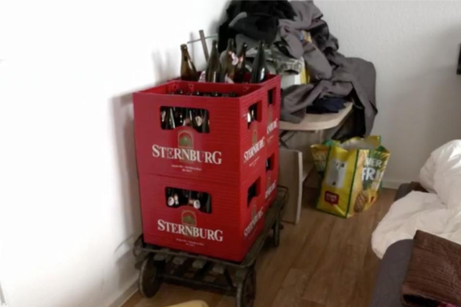In seiner Wohnung finden sich allerhand leere und auch volle Flaschen Bier, Wein und Pfefferminzlikör.