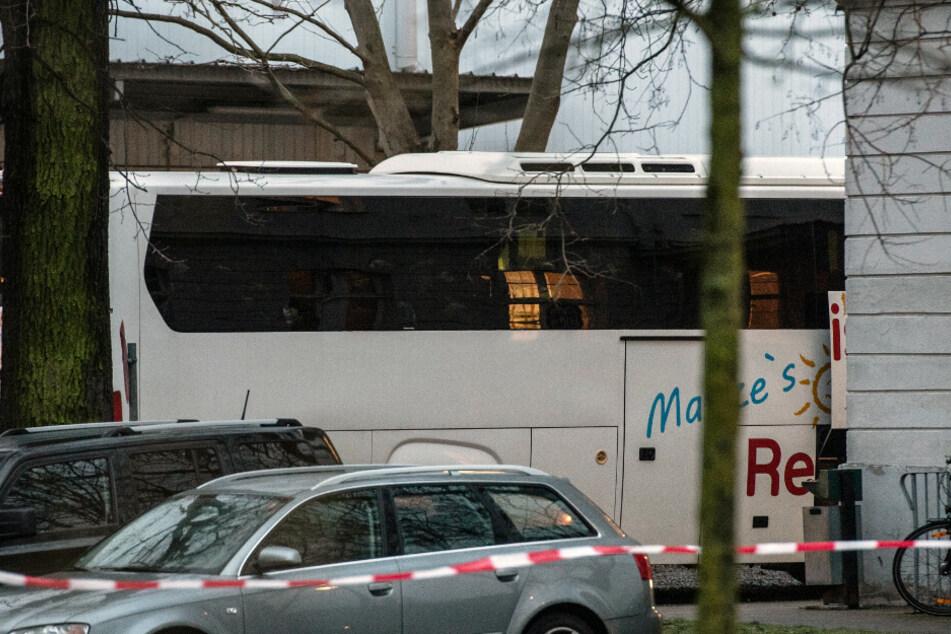 Einer von zwei Reisebussen steht hinter einem Gebäude auf dem Gelände des Ernst-Bergmann-Klinikums in Potsdam.