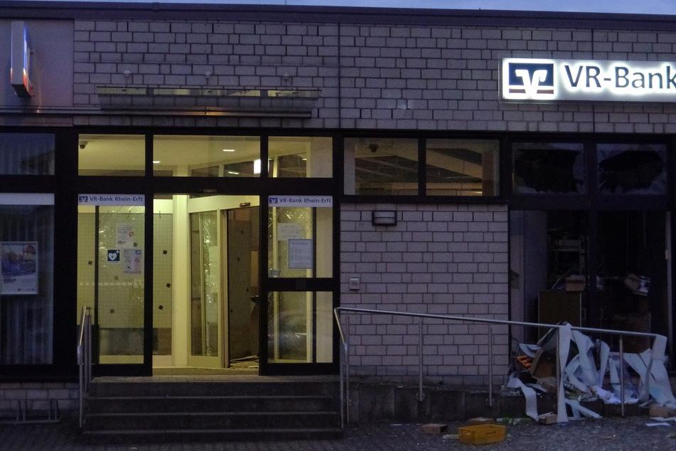 Bei der Sprengung eines Geldautomaten in Köln-Meschenich entstand erheblicher Sachschaden.