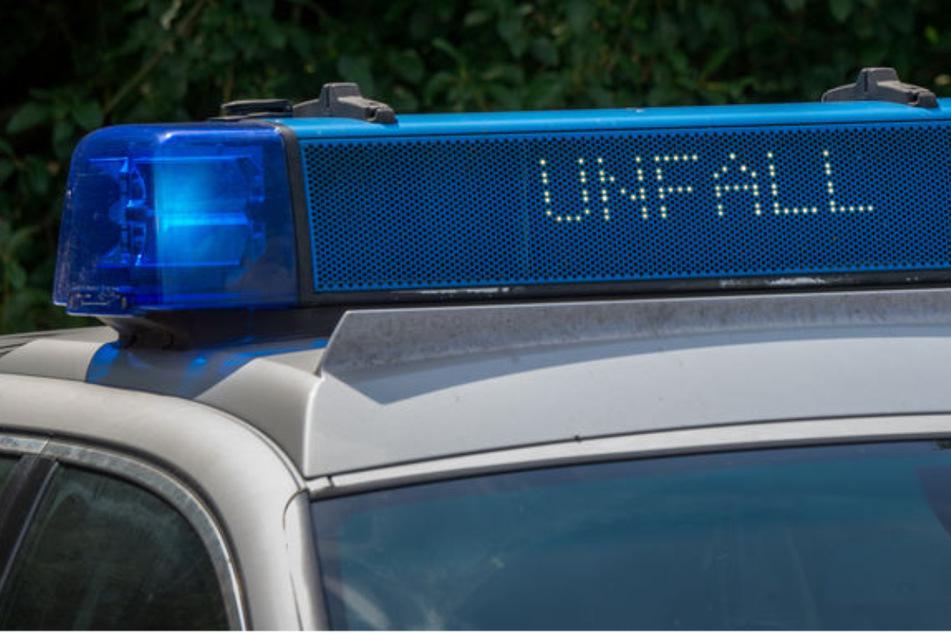 Unfall in Köln: KVB-Bus und Opel kollidieren, Autofahrer schwer verletzt