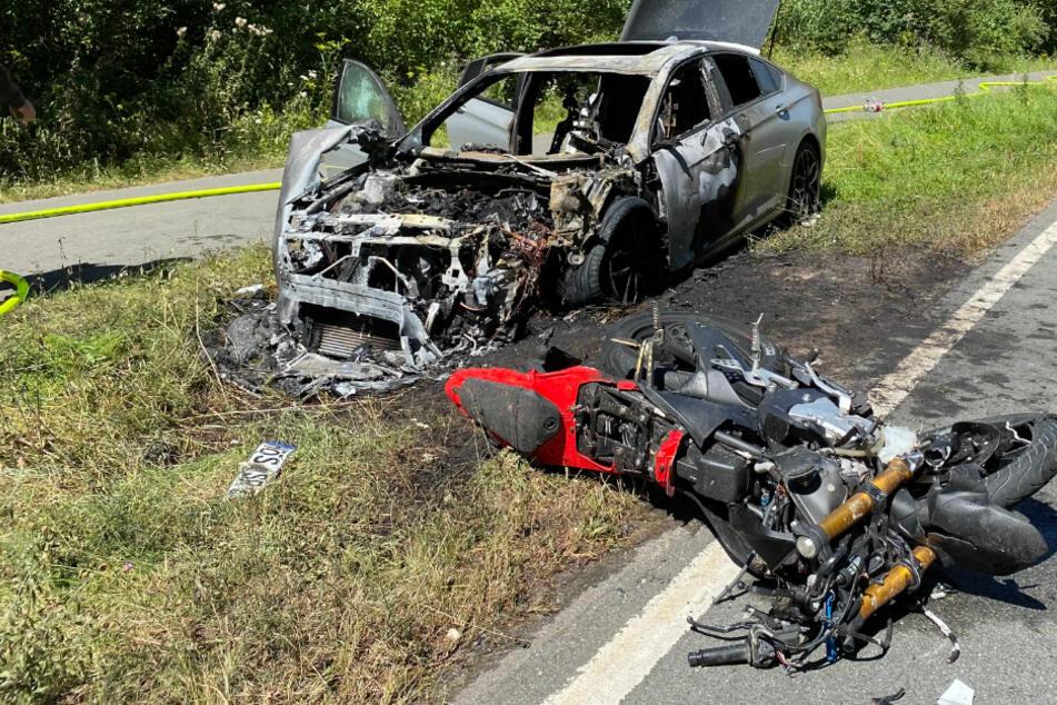 Biker (16) stirbt bei Unfall: Auto und Motorrad fingen Feuer