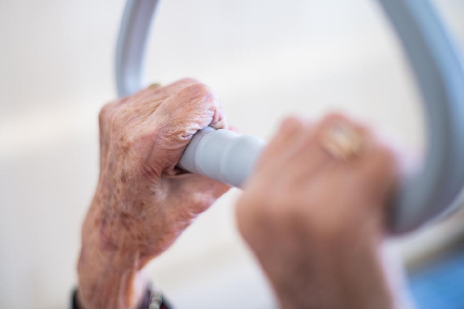 In der Pflege, in Hospizen und Senioren-Wohnheimen gehören die Menschen zur gefährdeten Altersgruppe, die sich mit COVID-19 anstecken könnte.