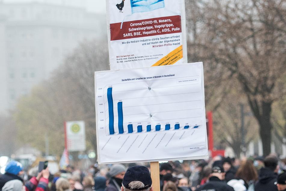 In Hamburg demonstrierten mehrere hundert Menschen gegen die Corona-Maßnahmen.