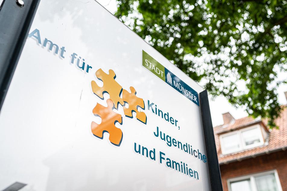 """Am Eingangsbereich steht auf einem Schild: """"Amt für Kinder, Jugendliche und Familien der Stadt Münster""""."""