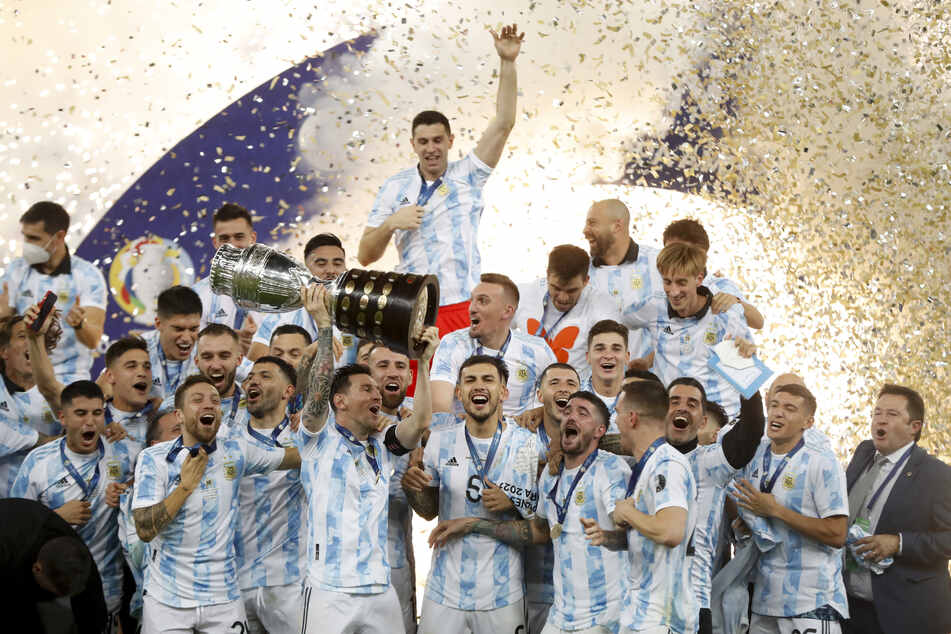 Da ist das Ding! Lionel Messi reckt den Pokal in die Luft.