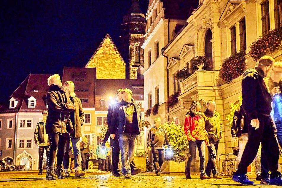 Circa 60 Personen spazierten am Abend um den Pirnaer Marktplatz.