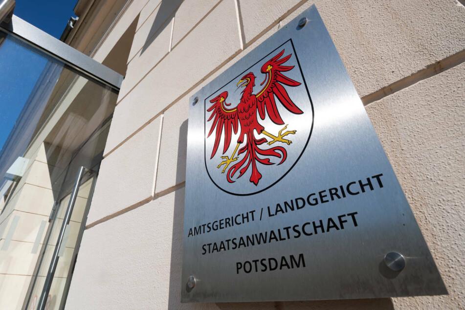 Am Donnerstag wird am Landgericht Potsdam das Urteil gegen einen 36-Jährigen erwartet, der einen Paketboten mehrfach mit einem Hammer geschlagen haben soll.