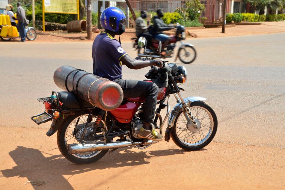 Kampala: Ein Motorradfahrer transportiert eine Sauerstoffflasche. Die ugandische Armee produziert Sauerstoff zur Entlastung der staatlichen Krankenhäuser.