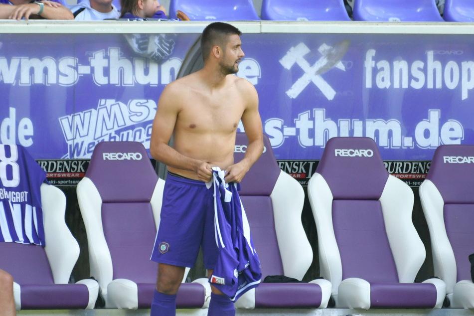 Dimitrij Nazarov (31) musste wieder lange warten, bis er sein Trikot überstreifen durfte.