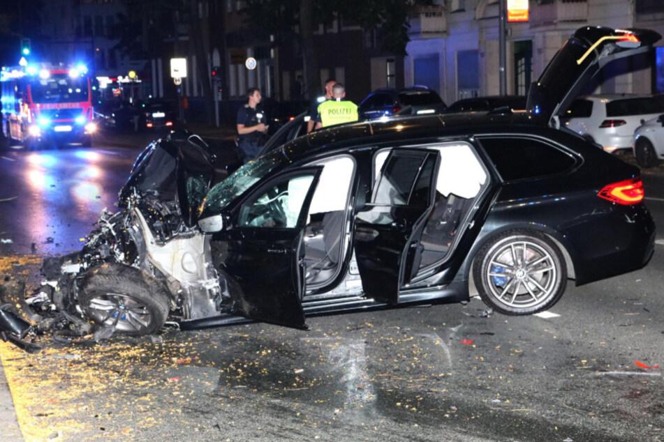 Der BMW wurde im Frontbereich völlig zerstört.