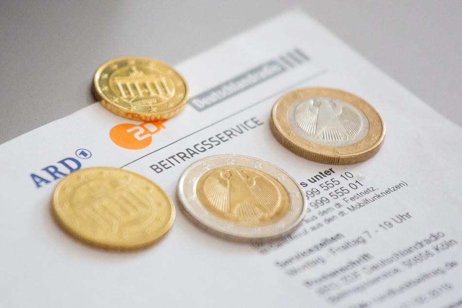 Das Bundesverfassungsgericht hat die Erhöhung des Rundfunkbeitrags von 17,50 Euro auf 18,36 Euro angeordnet. (Symbolbild)