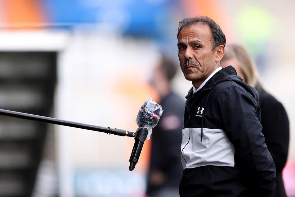Jos Luhukay, Trainer vom FC St. Pauli, gibt vor Spielbeginn die letzten Interviews.