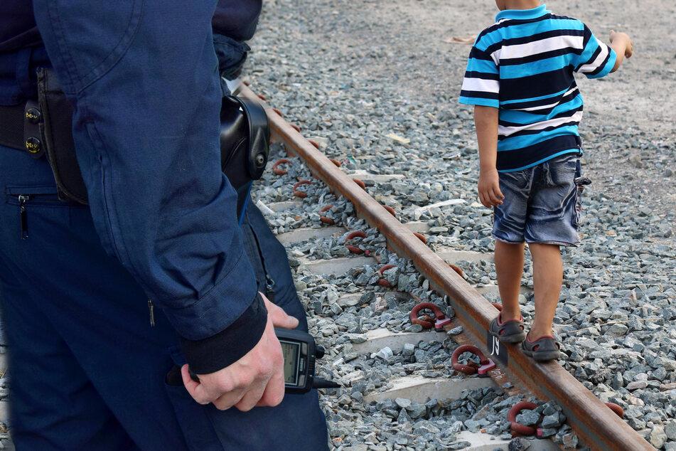Kinder lungern an Bahnschienen herum und kommen auf ziemlich gefährliche Idee