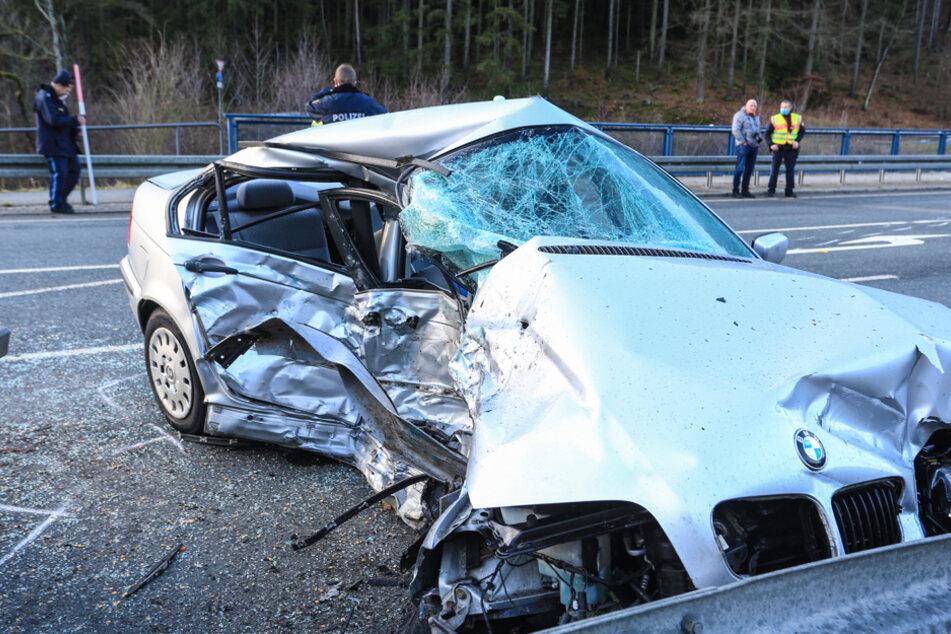 Schwerer Crash auf der B85: BMW mit eingeklemmtem Fahrer fängt an, zu brennen