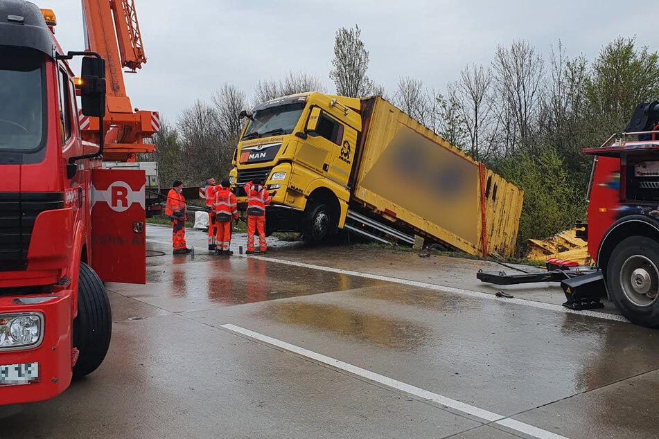 Die Bergung des Lastwagens selbst ist nahezu abgeschlossen, die des Anhängers wird noch einige Zeit in Anspruch nehmen.