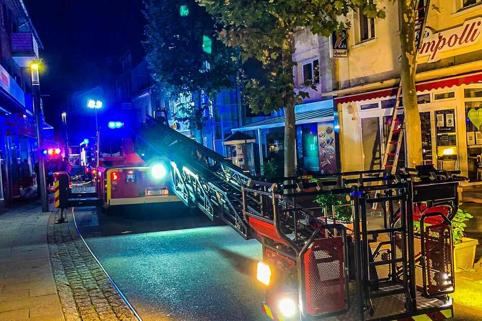 Insgesamt 40 Einsatzkräfte waren bis 6 Uhr mit den Löscharbeiten beschäftigt. Die allesamt unverletzt gebliebenen Hausbewohner konnten ihre Wohnungen wieder betreten.