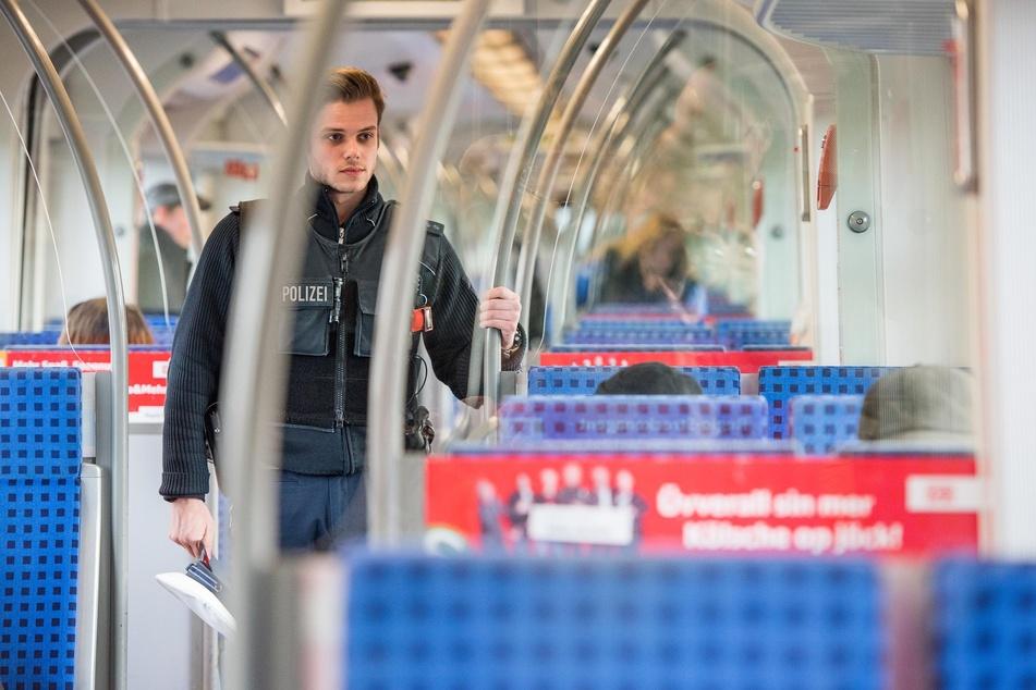 Ein Zugbegleiter (36) erwischte am Donnerstag einen blinden Passagier (44) im EC9 von Hamburg nach Köln. Der Mann hatte sich in der Toilette versteckt (Symbolbild).