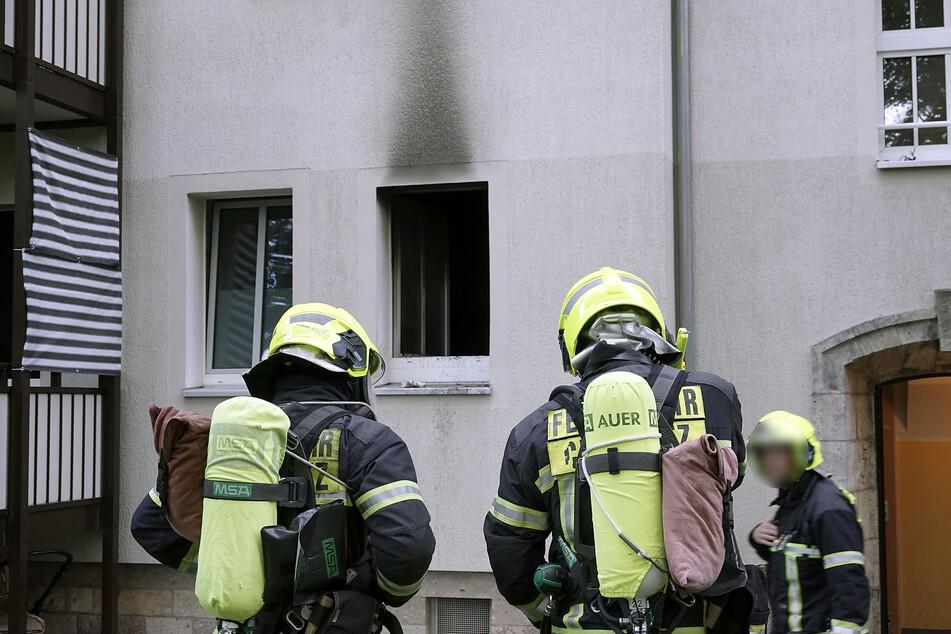 In einer Küche im Erdgeschoss des Hauses war ein Feuer ausgebrochen. Die Einsatzkräfte der Feuerwehr konnten den Brand schnell löschen.