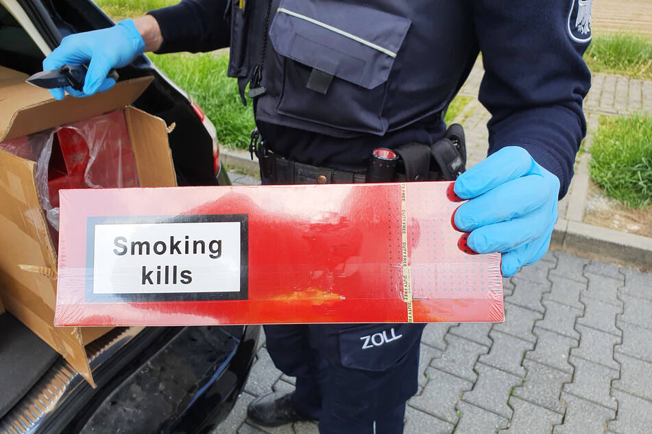 Die Zollbeamten machten im Kofferraum eines Reisenden eine Entdeckung: Darin befanden sich mehr als 40.000 unversteuerte Zigaretten.