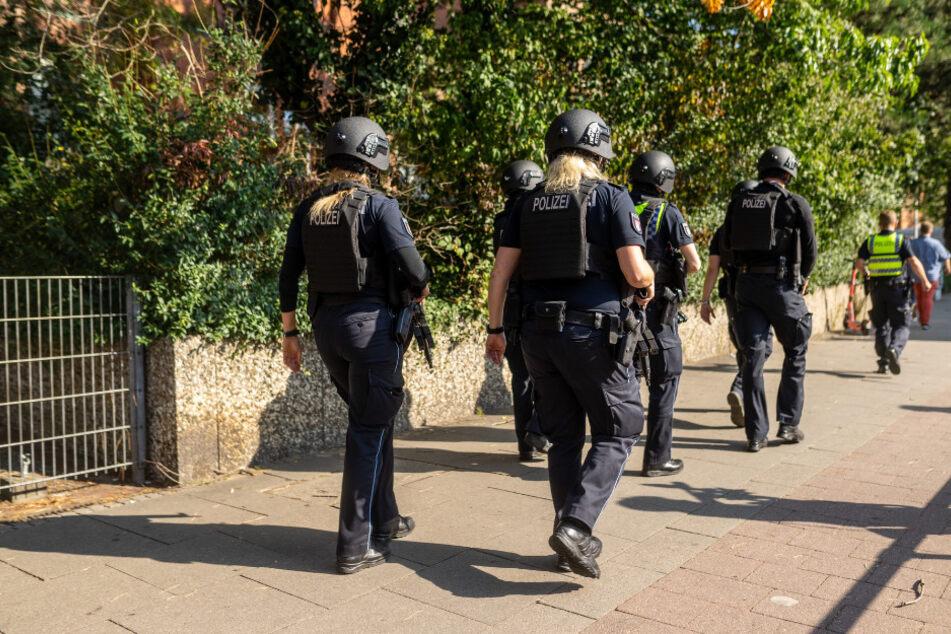 Schwer bewaffnete SEK-Kräfte steuern auf das Schulgebäude zu.