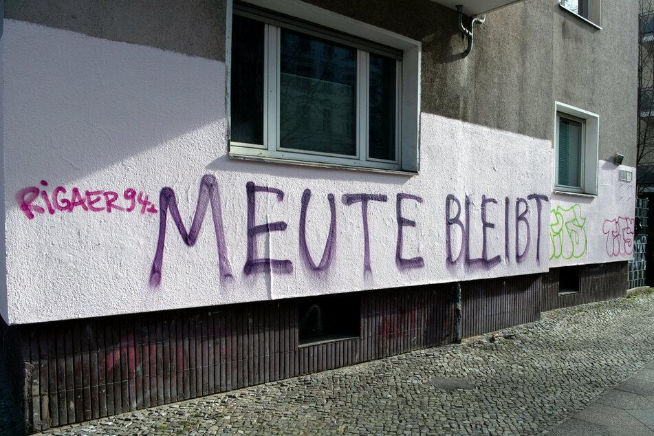 """""""Meute bleibt"""" steht auf der Fassade eines Wohnhauses an der Reichenberger Straße in Berlin-Kreuzberg."""