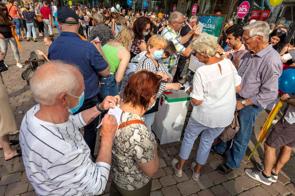 An einer Sammel-Box vor dem Kaufhof-Eingang unterschreiben Chemnitzer für den Erhalt des Einzelhandelsstandortes. Mehr als 3000 Unterschriften sind es schon.