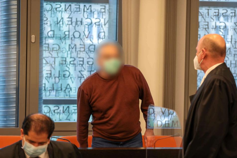 Ein 60-jähriger Sportschütze steht seit Freitag in Wuppertal vor Gericht, weil er seine Ehefrau (†47) in Haan erschossen haben soll.