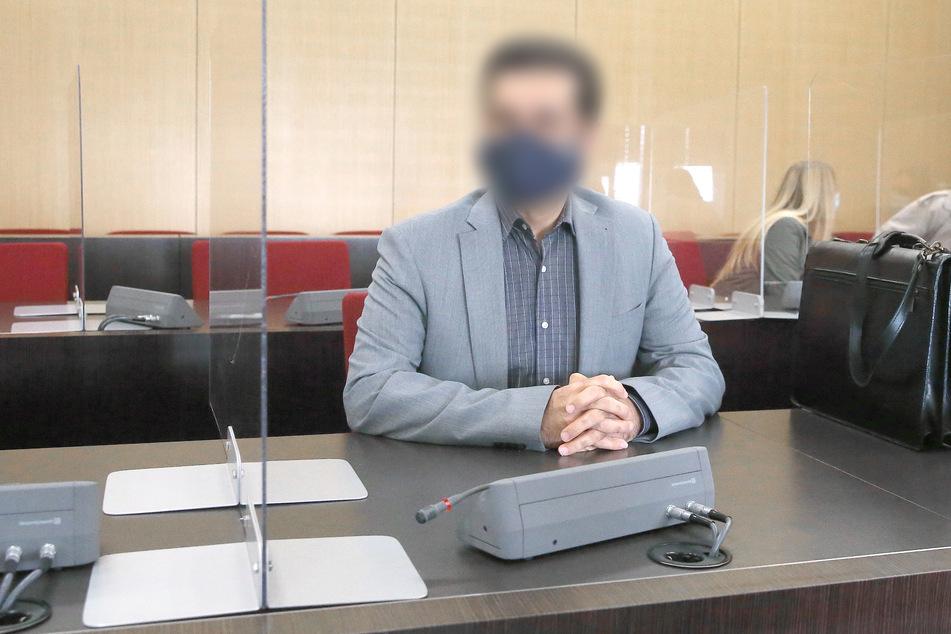 Der angeklagte Arzt (50) sitzt im Gerichtssaal vor seinem Prozess wegen Körperverletzung mit Todesfolge nach Operationen zu Po-Vergrößerungen.