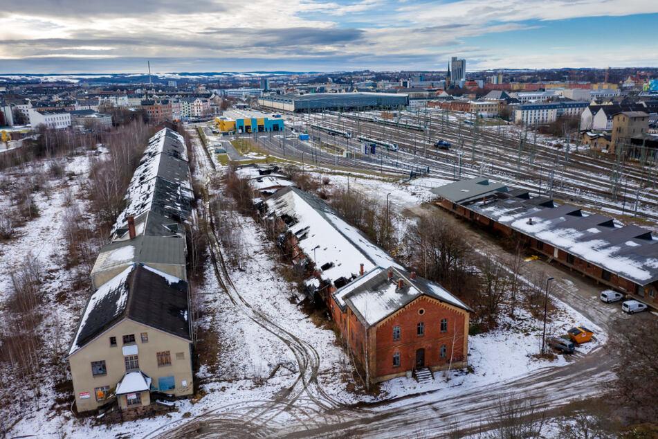 Auf dieser Brache (l.) am östlichen Rand des Hauptbahnhof-Geländes soll der neue Betriebshof (r.) entstehen.