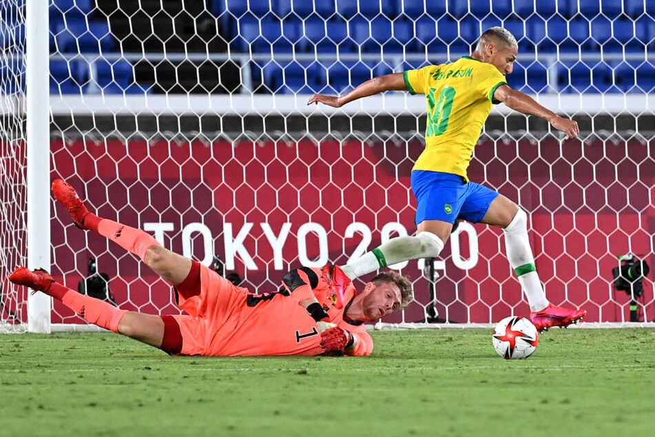 Gekonnt umdribbelt der dreifache brasilianische Torschütze Richarlison den deutschen Keeper Florian Müller (23).