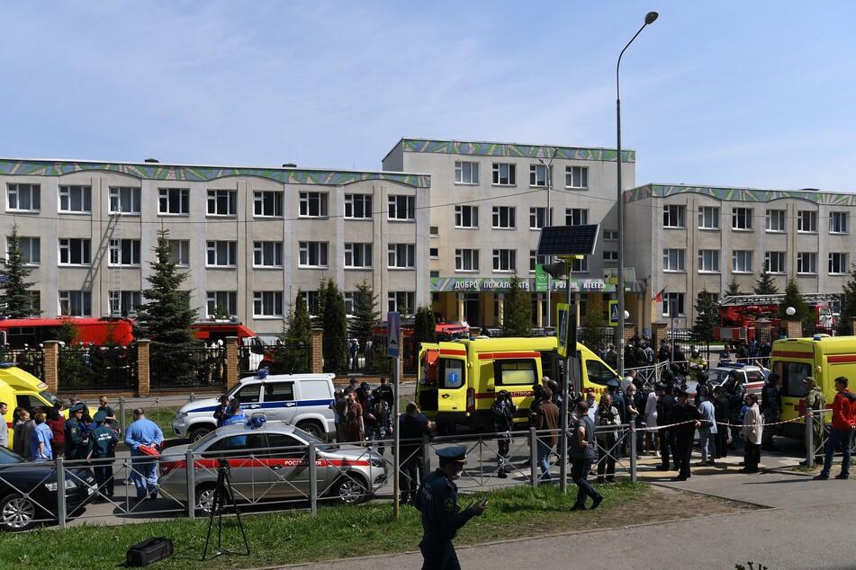 Einsatzkräfte von Polizei und Rettungsdiensten vor der Schule.