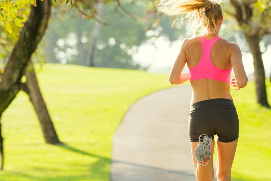 Die Frau befand sich gerade auf einer morgendlichen Jogging-Runde, als sie eine rund zwei Meter lange Schlange entdeckt haben möchte. (Symbolfoto)