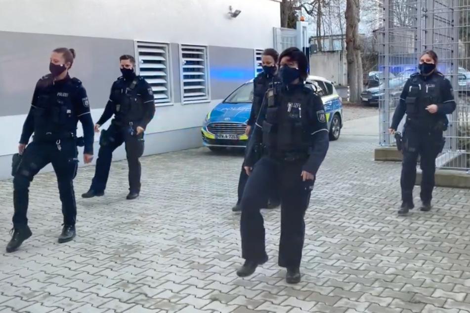 """Polizisten am Tanzen: """"Jerusalema""""-Challenge sorgt für zappelnde Beamte"""