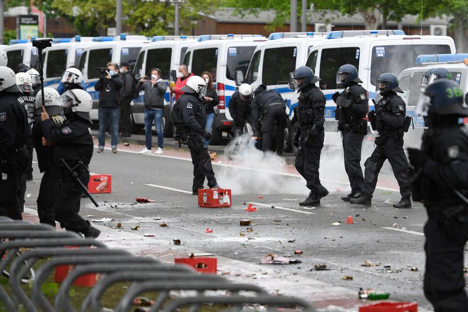Beim Spiel gegen Schalke 04 musste die Polizei in Köln vor dem Stadion eingreifen.