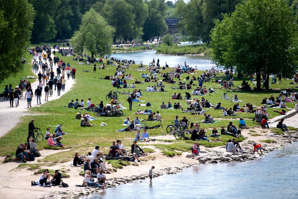 Die Sonne lockt viele Menschen in München ins Freie.